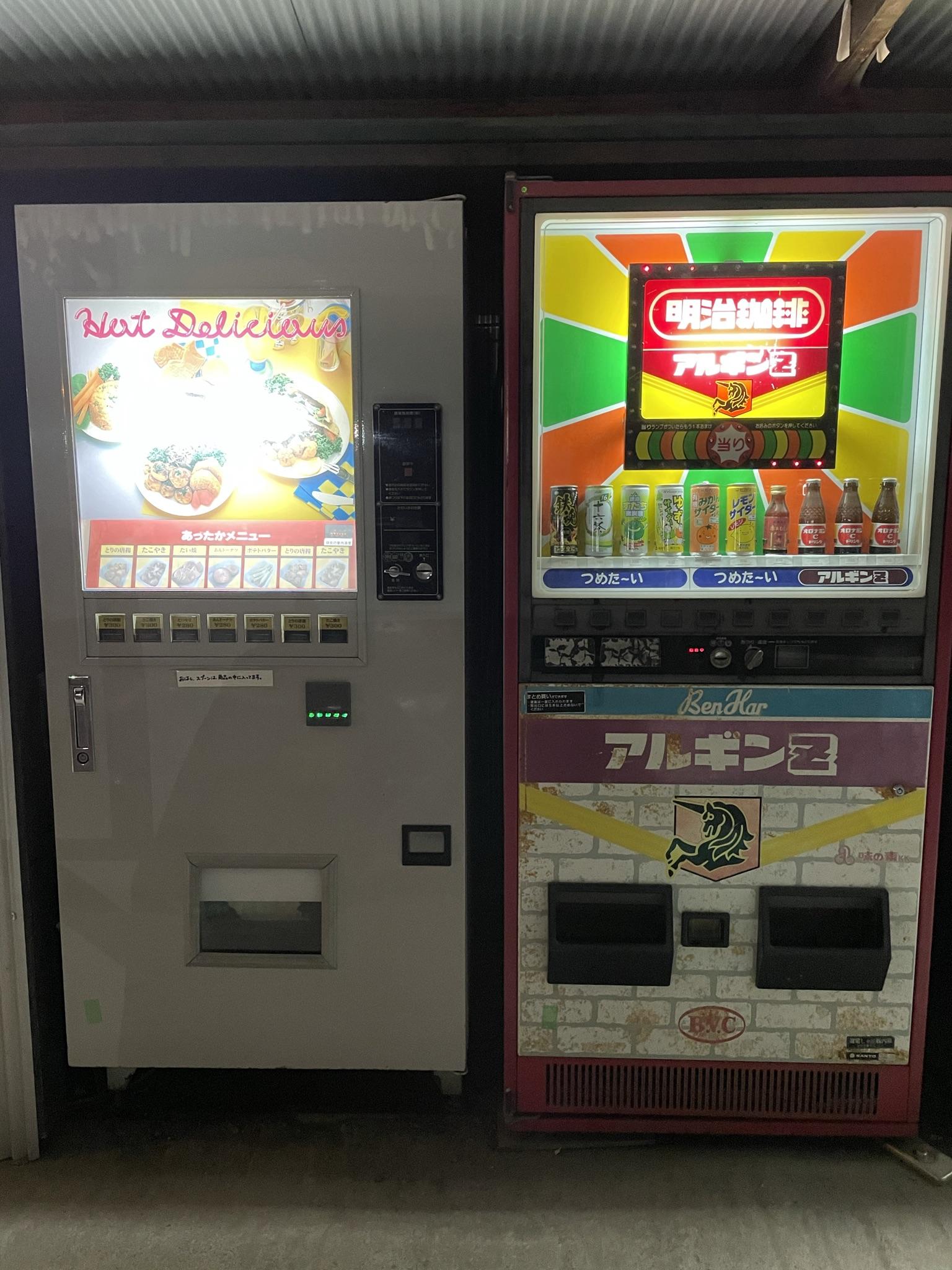 中古タイヤ市場 相模原店 自販機コーナー内におけるチェリオ 鉄魂コーヒー搭載の様子