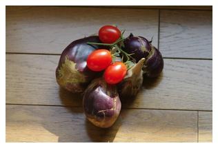収穫したなすとトマト